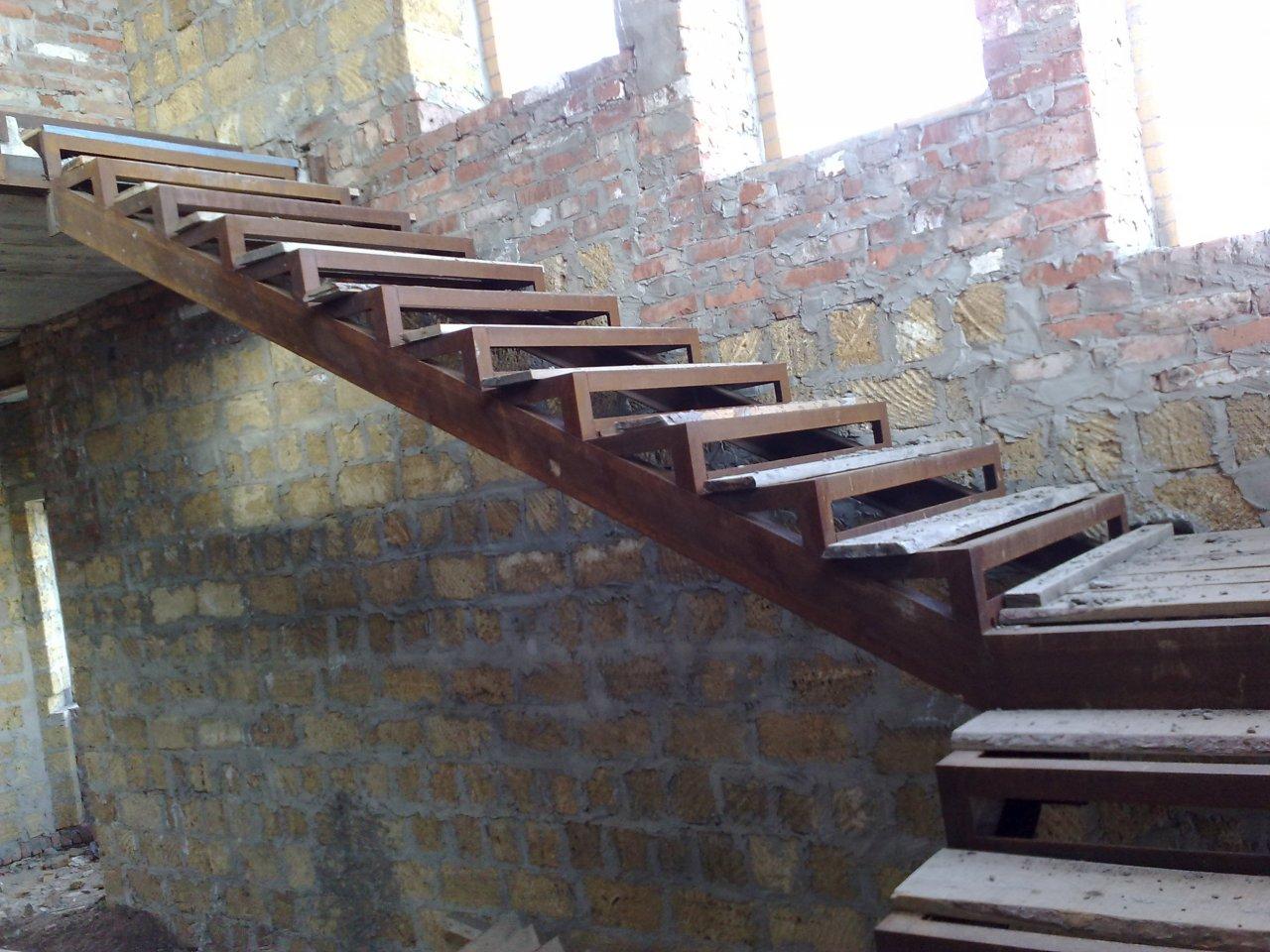 Металлическая лестница на второй этаж своими руками: фото 19